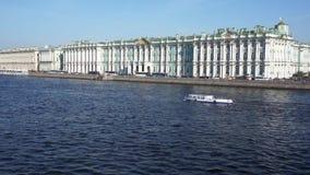 De winterpaleis in de dag van de zonzomer petersburg Rusland stock video