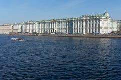 De winterpaleis in de dag van de zonzomer petersburg Rusland stock foto
