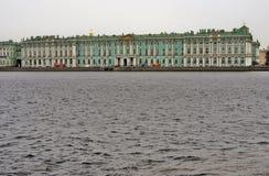 De Winterpaleis van het kluismuseum en de Neva-rivier Stock Foto