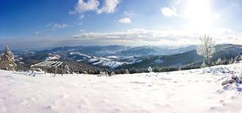 De winterpanorama van bergen op een zonnige dag Royalty-vrije Stock Foto's