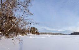 De winterpanorama van de rivier, Rusland, Ural Stock Foto