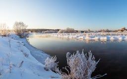 De winterpanorama van de rivier, Rusland, Ural Stock Fotografie
