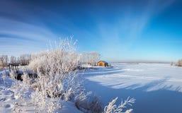 De winterpanorama van de rivier, Rusland, Ural Stock Afbeelding