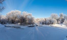 De winterpanorama van de rivier, Rusland, Ural Stock Afbeeldingen
