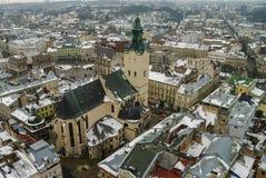 De winterpanorama van Lviv door sneeuw, de Oekraïne wordt behandeld die Lviv (Lvov), Ea Stock Foto's
