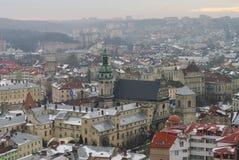 De winterpanorama van Lviv door sneeuw, de Oekraïne wordt behandeld die Lviv (Lvov), Ea Stock Afbeeldingen