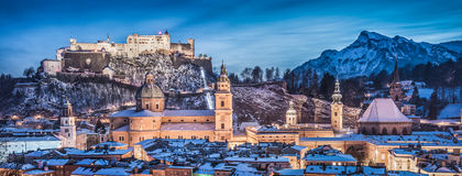De winterpanorama van Salzburg bij blauw uur, Salzburger-Land, Oostenrijk Royalty-vrije Stock Afbeelding