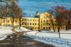 De winterpark en voorgevel van de oude bouw Royalty-vrije Stock Foto's