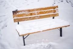 In de winterparken, onbemande die stoelen met sneeuw worden behandeld royalty-vrije stock foto's
