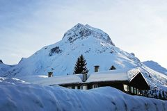 De winterplattelandshuisje bij de Bergen royalty-vrije stock fotografie