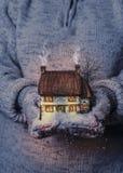 De winterplattelandshuisje bij Nacht Stock Foto's