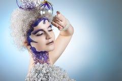 De winterportret van een meisje met creatieve samenstelling op een lichte achtergrond Purper - Gouden Make-up Stock Fotografie