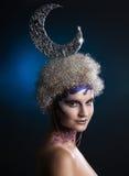 De winterportret van een meisje met creatieve samenstelling op een lichte achtergrond Purper - Gouden Make-up Royalty-vrije Stock Fotografie