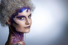 De winterportret van een meisje met creatieve samenstelling op een lichte achtergrond Purper - Gouden Make-up Stock Foto's