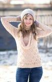 De winterportret van een vrouw in een gebreide hoed Stock Fotografie