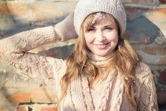De winterportret van een vrouw in een gebreide hoed Royalty-vrije Stock Fotografie