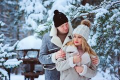 de winterportret van gelukkig romantisch paar die van hun gang in sneeuwbos of park genieten stock afbeeldingen