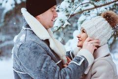de winterportret van gelukkig romantisch paar die van hun gang in sneeuwbos of park genieten stock foto