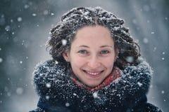 De winterportret van het schoonheidsmeisje met vliegende sneeuwvlokken Stock Foto
