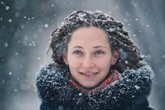 De winterportret van het schoonheidsmeisje met vliegende sneeuwvlokken Stock Foto's