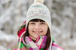 De winterportret van meisje in bos royalty-vrije stock afbeelding