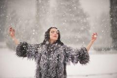 De winterportret van Schoonheidsmeisje met sneeuw stock foto's