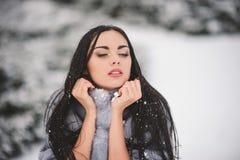 De winterportret van Schoonheidsmeisje met sneeuw Royalty-vrije Stock Afbeeldingen