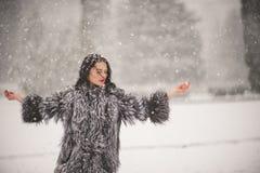 De winterportret van Schoonheidsmeisje met sneeuw stock afbeeldingen