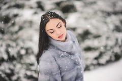 De winterportret van Schoonheidsmeisje met sneeuw Royalty-vrije Stock Afbeelding