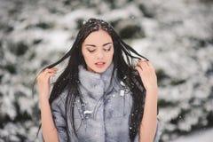De winterportret van Schoonheidsmeisje met sneeuw Royalty-vrije Stock Foto's