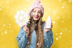 De winterportret van vrouw met haarshampoo stock afbeeldingen