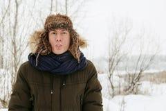 De winterportretten van een kerel in aard stock fotografie