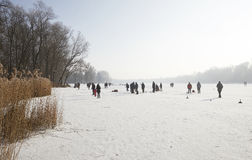 De winterpret van ijs op een bevroren meer, Stock Afbeeldingen