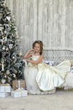 de winterprinses bij de Kerstboom Stock Fotografie