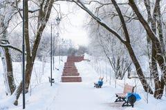 De winterpromenade voor het lopen met een bank en een lantaarn Royalty-vrije Stock Foto's