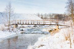 De winterrivier en brug Stock Afbeeldingen
