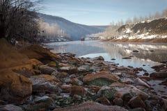 De winterrivieroever in de bergen Stock Afbeeldingen