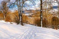 De winterscène Beieren-sneeuw-Behandelde heuvels in Hersbruck stock foto
