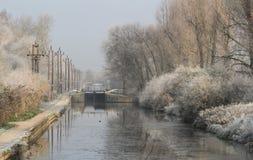 De winterscène bij Cheshunt-Slot op de Rivier Lee Navigation stock fotografie