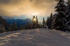 De winterscène met zonsondergang in bergen Stock Foto