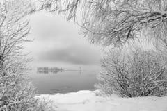 De winterscène van klein eiland op een meer Royalty-vrije Stock Foto