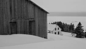 De winterscène van oud schuur en huis Stock Foto's