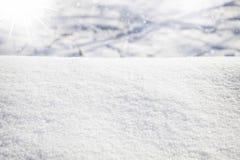 De winterscène met vlotte sneeuw en ijzige zon Stock Afbeeldingen