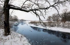 De winterscène op rivier Stock Afbeeldingen
