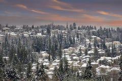 De winterscène in Voorsteden Neighborhhood bij Zonsondergang Stock Foto's