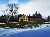 De wintersfeer op weilanden en landbouwbedrijven in de Urnasch-gemeente stock afbeeldingen