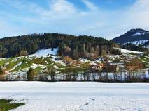 De wintersfeer op weilanden en landbouwbedrijven in de Urnasch-gemeente royalty-vrije stock foto