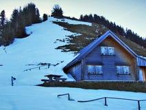 De wintersfeer op weilanden en landbouwbedrijven in de Urnasch-gemeente royalty-vrije stock afbeelding