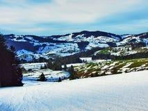 De wintersfeer op weilanden en landbouwbedrijven in de Urnasch-gemeente royalty-vrije stock foto's