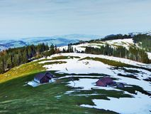 De wintersfeer op weilanden en landbouwbedrijven in de Urnasch-gemeente stock afbeelding